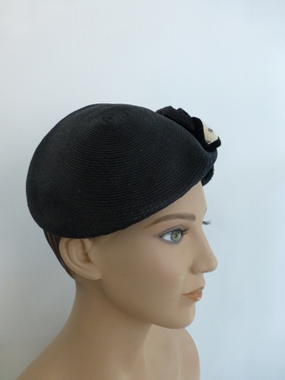 Vintage 1950 s Shiny Black   White Straw Hat   That Way Hat. New ... 25551d623d03